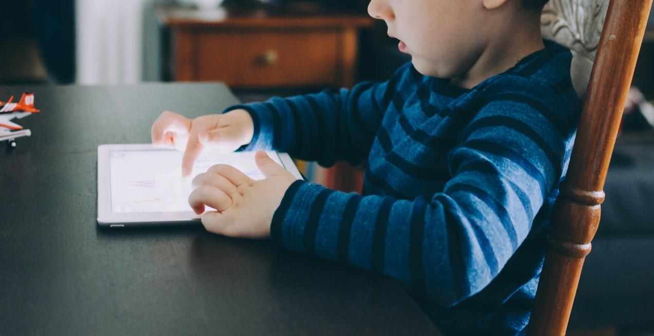 オンライン学習で自宅学習する子ども